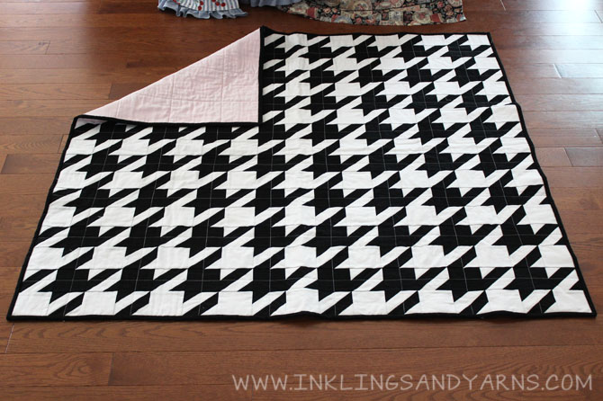 Houndstooth Quilt Front and Back | www.inklingsandyarns.com